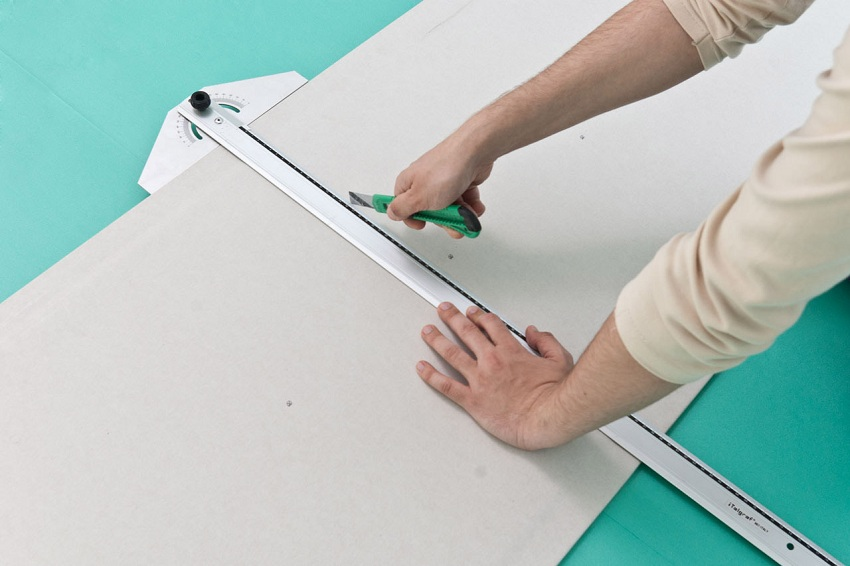 Раскрой листов гипсокартона нужно производить очень точно, по линейке