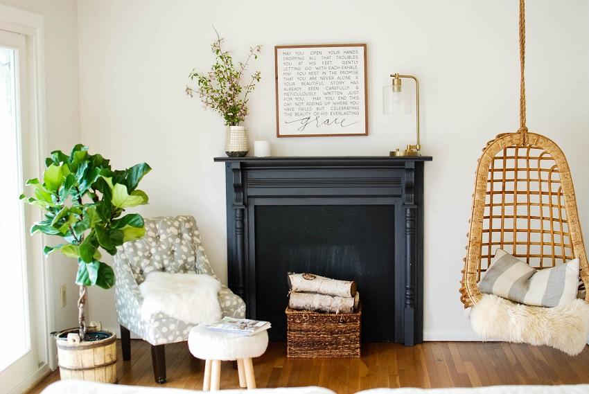Декоративный камин в гостиной и окружающие аксессуары привлекают внимание и делают такую композицию изюминкой интерьера