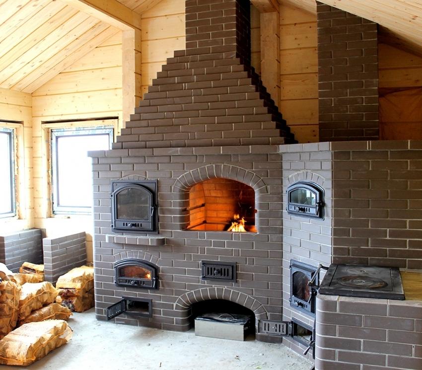 Для строительства камина используется специальный огнеупорный кирпич