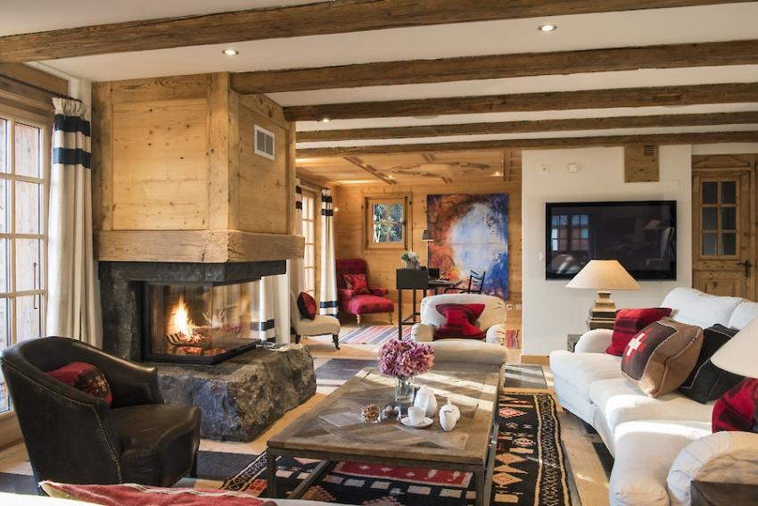 Использование дерева в качестве отделочного материала для камина используется при оформлении интерьеров гостиной в деревенском стиле кантри
