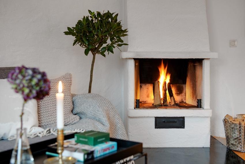 Установка дровяного камина в гостиной предполагает наличие мощной дымоходной системы