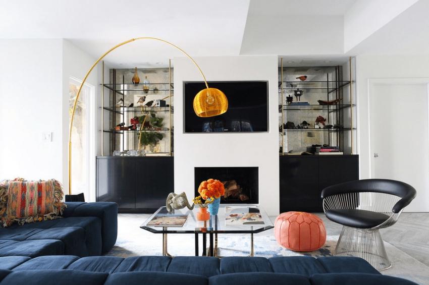 Пример самого популярного варианта расположение камина и телевизора в гостиной комнате