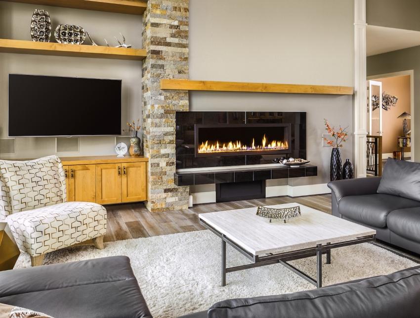 Камин, как и телевизор, должен просматриваться из любой точки гостиной, поэтому зачастую эти элементы устанавливаются рядом