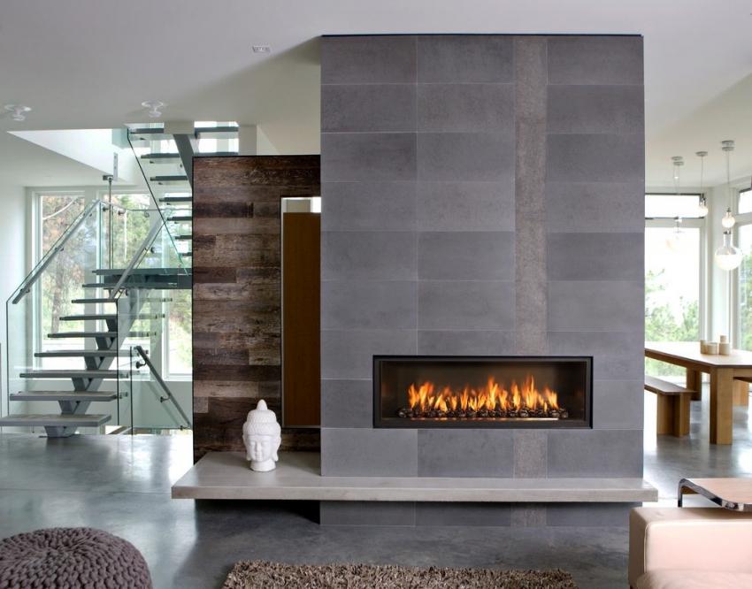 Форму и размер камина необходимо выбирать исходя от размера и оформления гостиной комнаты