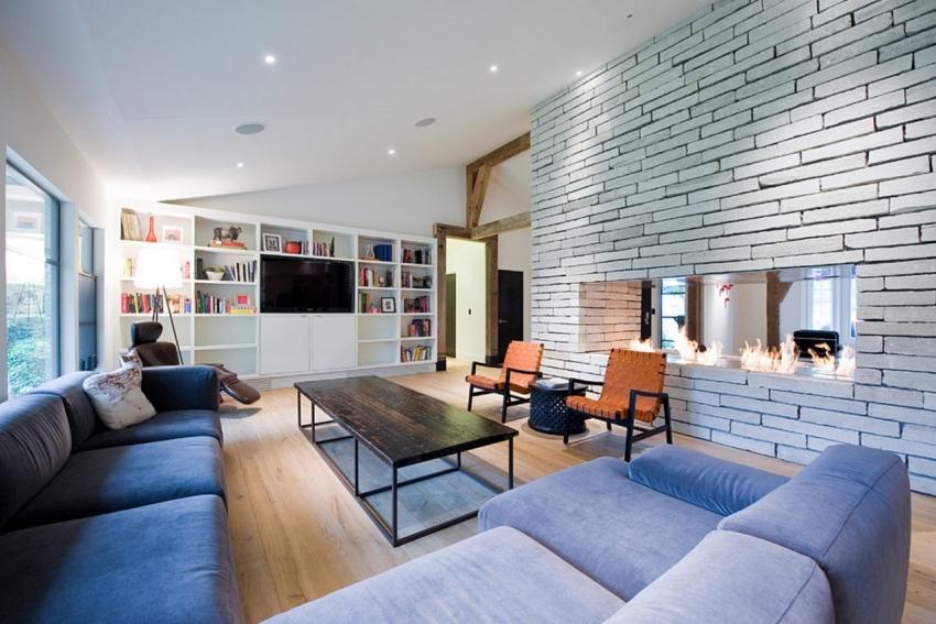 Двухсторонний камин можно использовать в качестве декоративного элемента перегородки между комнатами