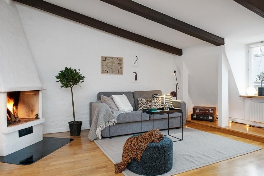 Пример оформления дровяного камина в гостиной в скандинавском стиле