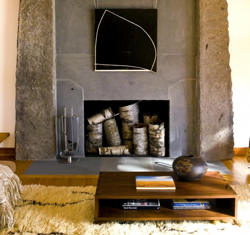 Фальш камин с бетонным порталом в стиле хай-тек