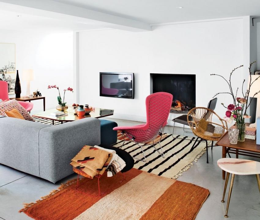 При оформлении интерьера гостиной, важно правильно разместить камин для того, чтобы конструкция была в центре внимания
