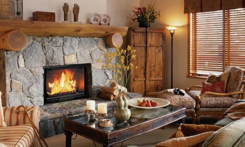 Для деревенского стиля характерно использование искусственного или натурального камня, дерева и старинной мебели