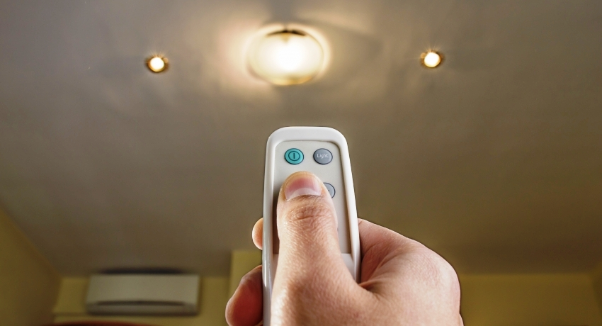 Люстры с дистанционным управлением производят приятный для глаз свет, которым легко можно управлять из любой точки комнаты
