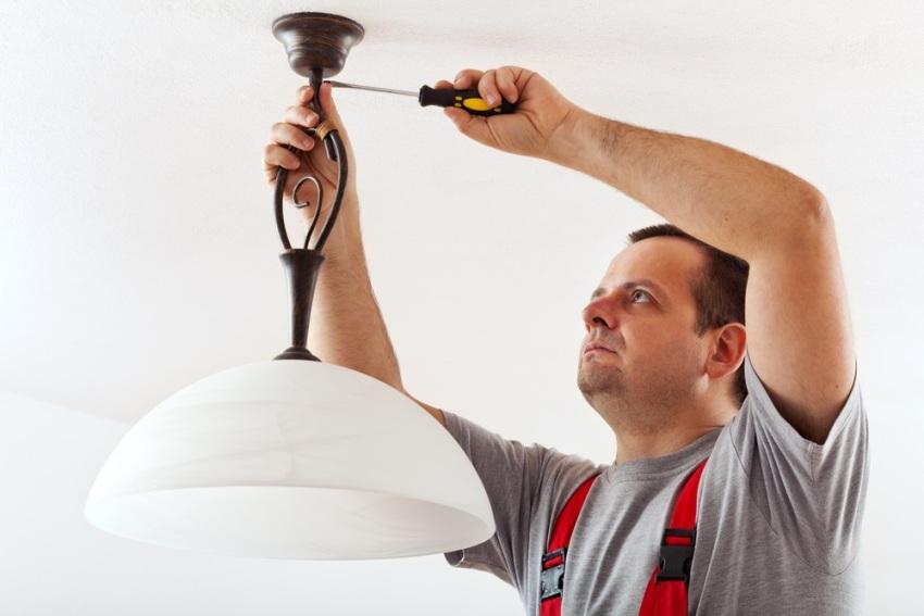 Методика крепления люстры к потолку остается прежней: крюк или металлические DIN рейки, которые вкручиваются в потолок и на них фиксируется корпус
