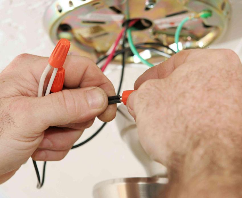 Если не включается люстра, надо в первую очередь проверить очевидное: батарейки в пульте, подачу напряжения, а также целостность токоведущих проводников