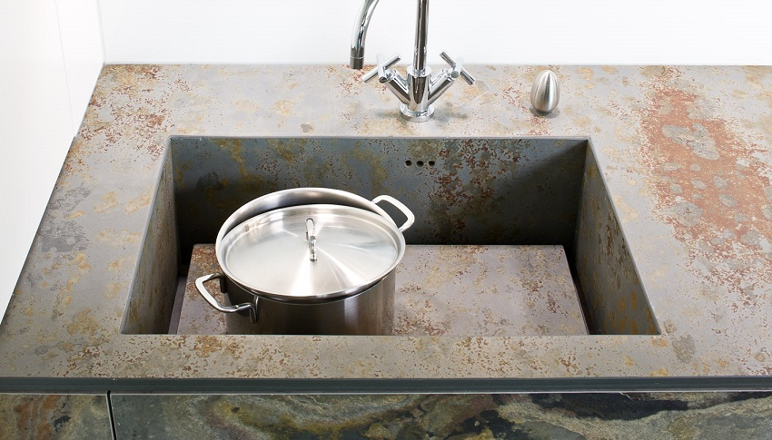 Металлическая посуда не причинит вреда поверхности мойки, даже если будет теплой