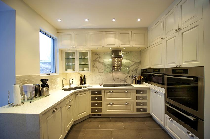 Малогабаритная кухня с угловой мойкой кажется более просторной
