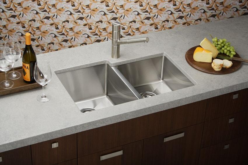 Нержавеющая мойка для кухни с глянцевой поверхностью