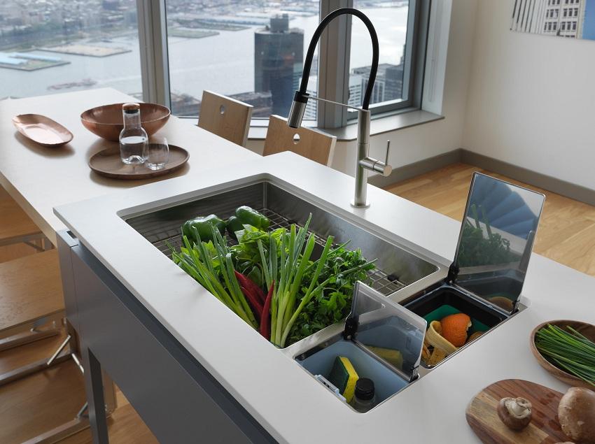 Кухонная мойка, дополненная отделением для хранения мелочей и контейнером для сбора мусора
