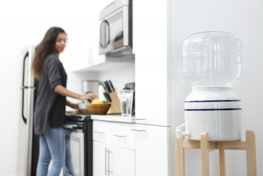 Компактный керамический кулер для воды можно установить на подставку или поставить на столе