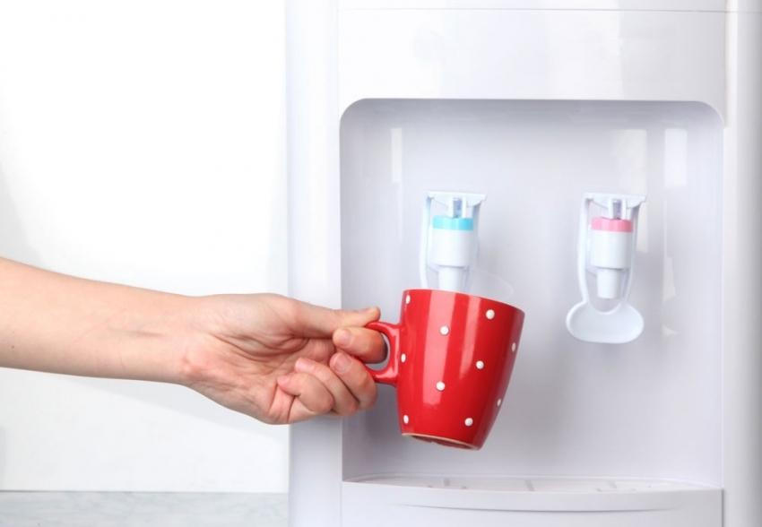 Большинство моделей кулеров оснащены удобными рычагом вместо крана, что позволяет набирать воду, нажимая его чашкой