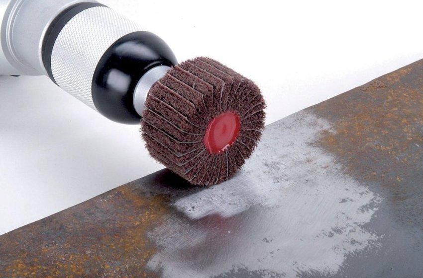 Насадка на дрель для шлифовки предназначена для очистки металлических поверхностей от ржавчины и грязи