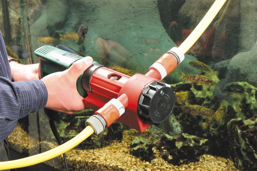 Насадка-насос на дрель используется для перекачивания и откачивания жидкостей, например, для спуска воды из дождевых бочек и детских бассейнов