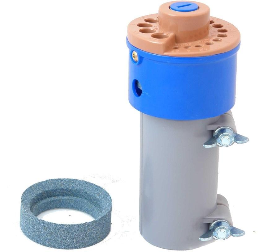 Принцип работы насадки для заточки сверл простой - при включении дрели патрон вращает расположенный внутри точильный камень