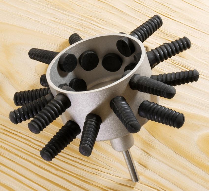 Перощипательная насадка на дрель представляет собой металлическую, отцентрированную на станке трубку-барабан