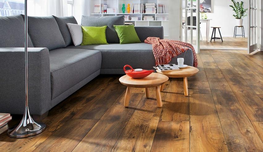 Керамогранитная плитка, которая имеет размер и форму массивной доски, создает иллюзию натурального деревянного пола