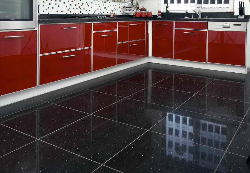Глянцевая керамогранитная плитка в силу своей повышенной отражательной способности зрительно увеличивает помещение и выглядит эффектно вне зависимости от качества освещения