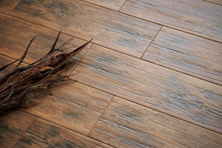 Использование керамогранитной плитки позволит привнести в интерьер помещений со сложными эксплуатационными условиями эстетику древесины, ее натуральность и уникальную красоту