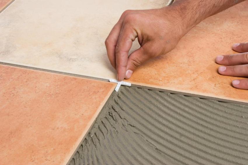 Чтобы получить красивые равномерные швы при укладке керамогранитной плитки, используются пластиковые крестики