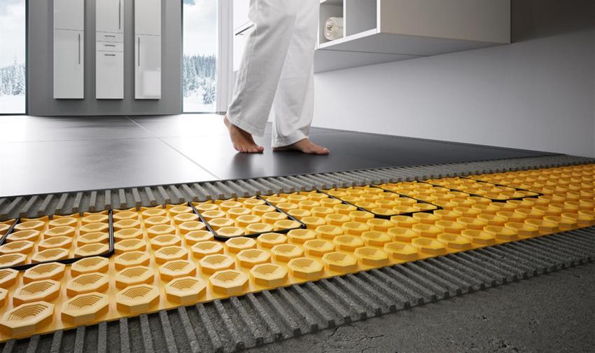 Так как поверхность плитки довольно холодная, для обогрева часто рекомендуется использование специальной системы теплого пола