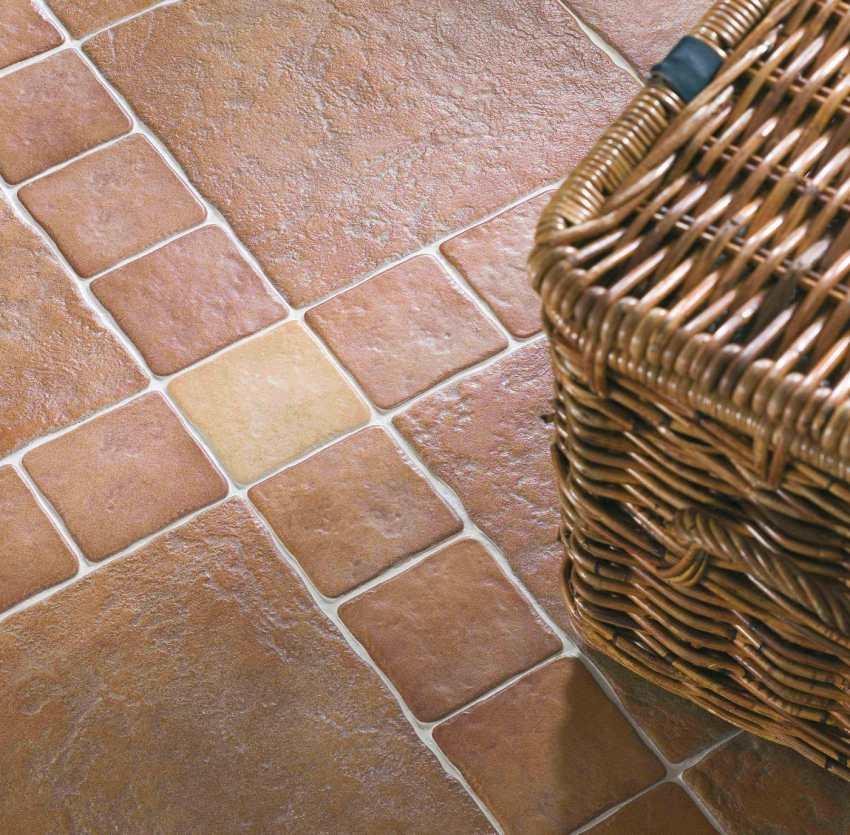 В ванной или прихожей лучше не использовать матовую плитку в качестве напольного покрытия, поскольку мелкие частицы грязи и песка могут повредить поверхность материала