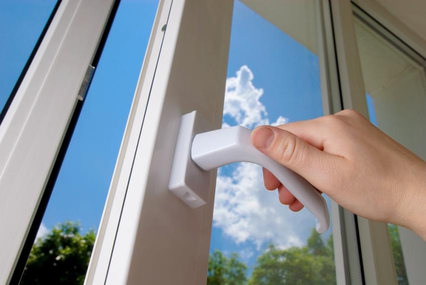 Выбор качественного стеклопакета позволит избежать проблемы с выпадением на нем конденсата