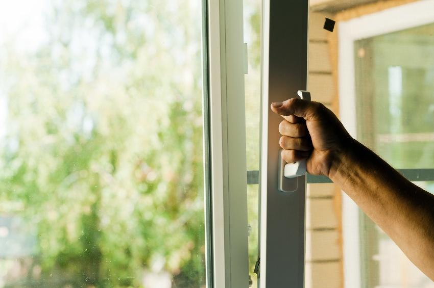 Если оконная рама имеет хорошую пропускную способность - стекло запотевает реже