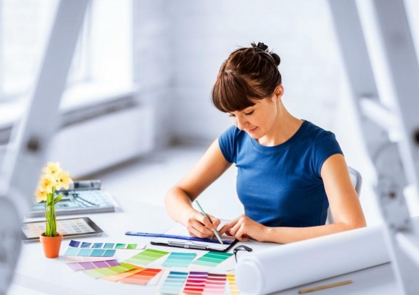 Желательно проработать цветовые решения дизайна интерьера в помещении до начала предчистовой отделки для того, чтобы избежать различий, например, в цвете окон и стен