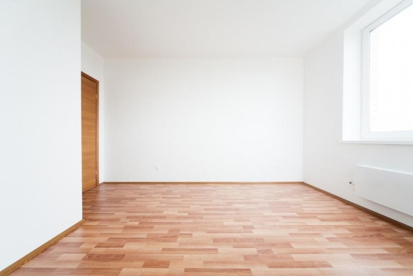 Квартира с чистовой отделкой представляет собой готовое к косметическому ремонту помещение с проведенными коммуникациями