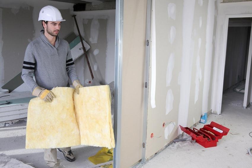 Самым популярным материалом для возведения перегородок в квартире является гипсокартон, который монтируется к конструкции из металлопрофиля