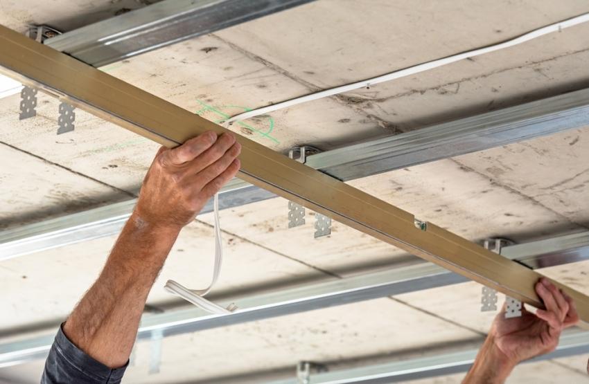 Подвесные потолки считаются самым оптимальным решением для выравнивания потолочной поверхности с возможностью дополнительно утеплить помещение