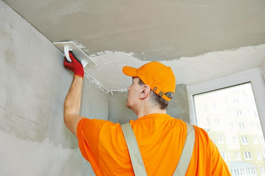 Шпаклевание стен предполагает нанесение специальной смеси с последующим грунтованием и штукатуркой для удаления неровностей поверхности