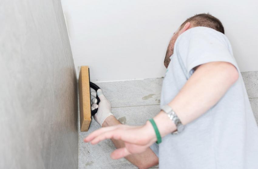 Для качественной отделки стен следует придерживаются правильной последовательности нанесения материалов