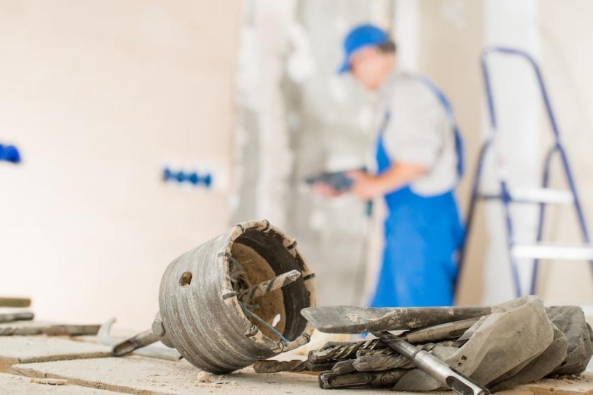 Приняв решение делать капитальный ремонт самостоятельно, необходимо учитывать дополнительные растраты на покупку или аренду специального оборудования