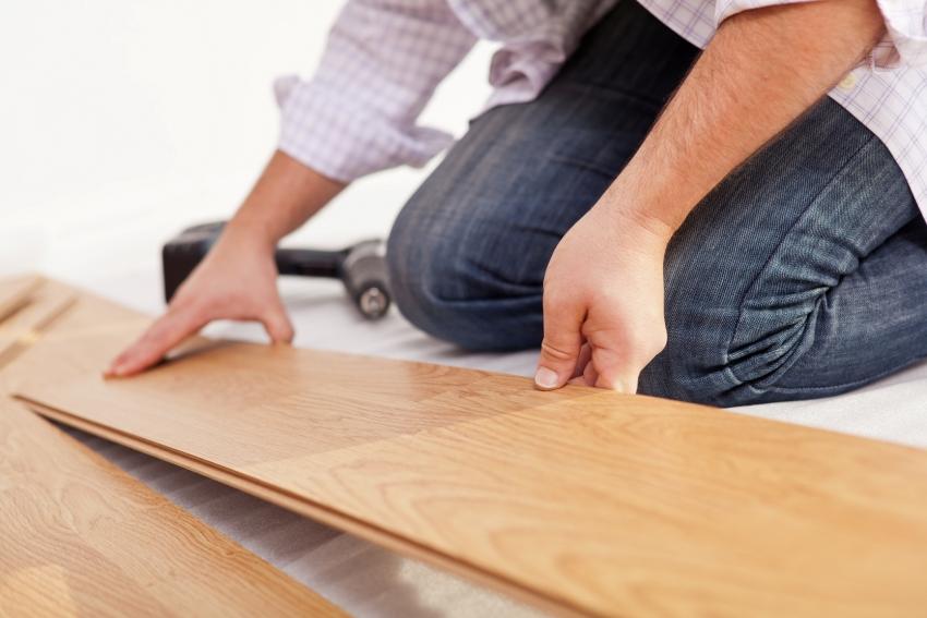Укладку полового покрытия желательно выполнять на финальном этапе ремонта, чтобы не повредить поверхность материала