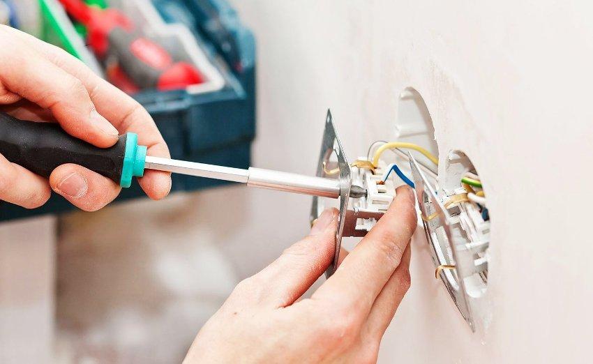 В жилых комнатах, где одновременно работают несколько бытовых приборов, лучше устанавливать розетки с двойным разъемом