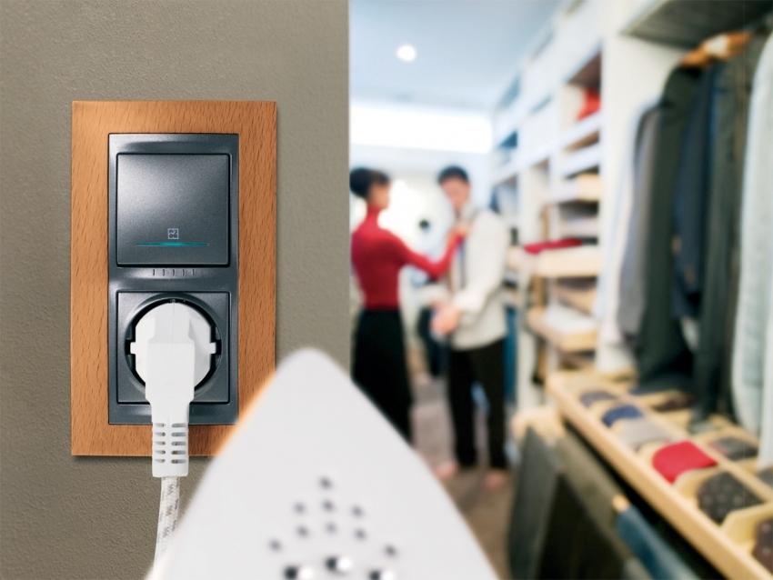 Благодаря совмещенному корпусу розетки и выключателя можно не делать лишние отверстия в стене и сэкономить полезное пространство