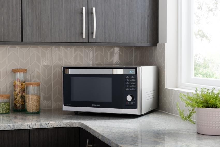 Если кухонные приборы будут располагаться на рабочей поверхности, необходимо предусмотреть розетку в непосредственной близости, чтобы скрыть непривлекательные провода