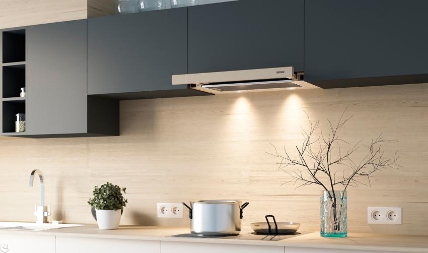 На кухне большого размера лучше расположить блоки с меньшим количеством розеток, но с более частым интервалом