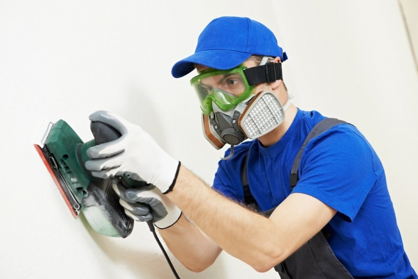 Вне зависимости от выбора материалов для отделки стен, поверхность необходимо выровнять и прогрунтовать