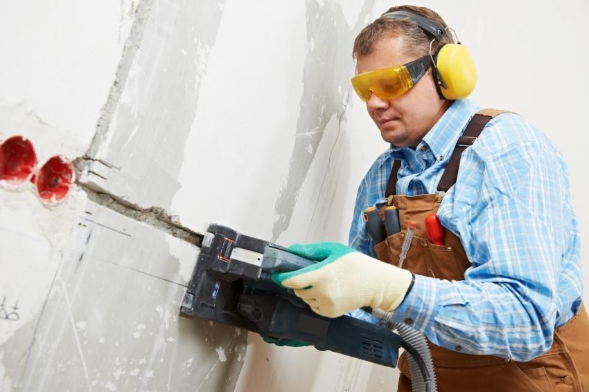 Штробление стен для прокладки проводки проводится до начала отделочных работ