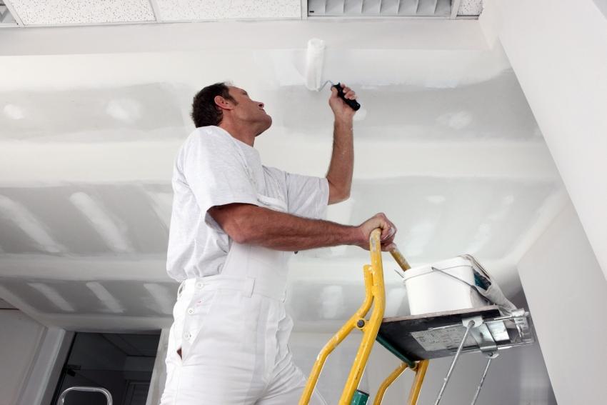 Работы по покраске лучше начинать с потолка