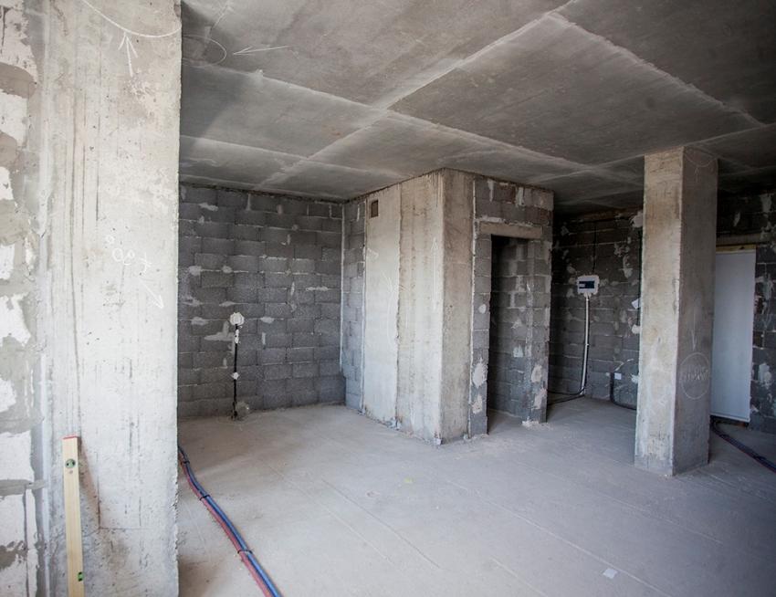 Квартира без отделки представляет собой голое помещение, предназначенное для свободной планировки, что может быть ощутимым преимуществом, если необходимо обустроить квартиру-студию